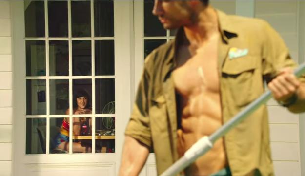 001 27 - 【筋肉は性別を超える】庭師の「美しいシックスパック」争奪!母・兄・妹による『コカ・コーラ』ジェンダーフリーCM