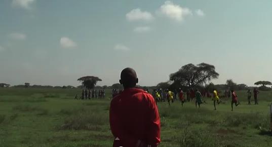 001197 - 【民族】マサイ五輪、スポーツで身体能力を競うケニアの若者「靴は重いからいらない。」