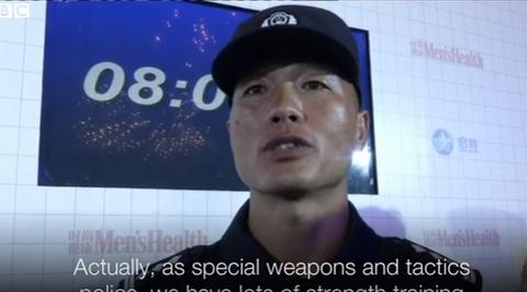 002 5 - 【ギネス新記録】まさに超人!体幹トレーニングの「プランク」で8時間超えを達成!中国警官(マオ・ウェイドンさん)