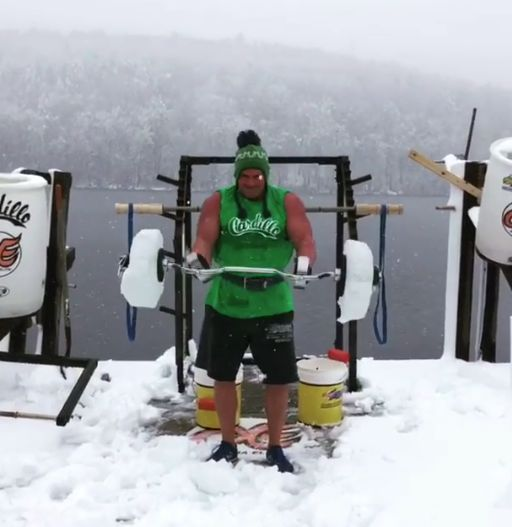 002 84 - 【狂気】ちょ、どこで筋トレしてるんだよ!極寒地帯でワカサギ釣りではなく、ウェイトトレする猛者現る