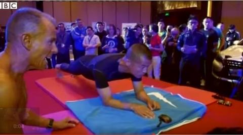 004 3 - 【ギネス新記録】まさに超人!体幹トレーニングの「プランク」で8時間超えを達成!中国警官(マオ・ウェイドンさん)