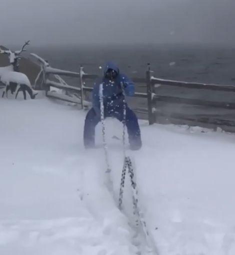 004 35 - 【狂気】ちょ、どこで筋トレしてるんだよ!極寒地帯でワカサギ釣りではなく、ウェイトトレする猛者現る