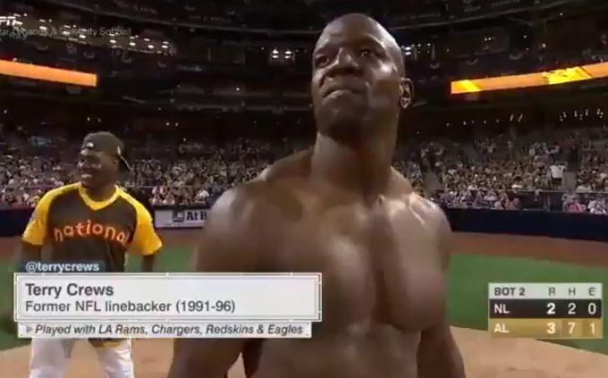 001 250 - 【筋肉始球式】上裸で筋肉ピクピクさせて打席に立つ。実況も爆笑!アメリカの俳優テリー・クルーズ登場、その結果は…