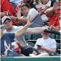160459 120x120 - 【筋肉シールド】野球観戦中の息子の顔に飛んできたバットをマッチョ親父が片腕でガード!